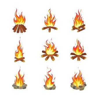 Falò di cartone animato i fuochi d'artificio dell'estate turistica fiammeggiano, illustrazione piana di legno di progettazione di gioco impilata bruciante del camino della torcia della legna da ardere