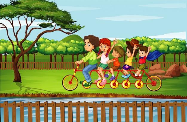 Famiglia andare in bicicletta nel parco
