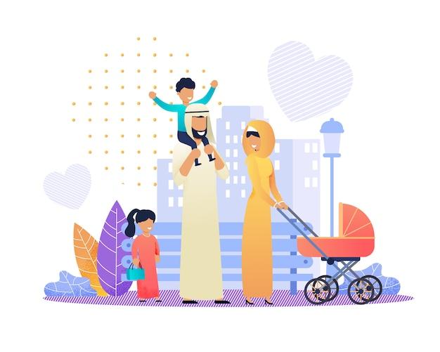 Famiglia araba felice in abiti tradizionali su city street.