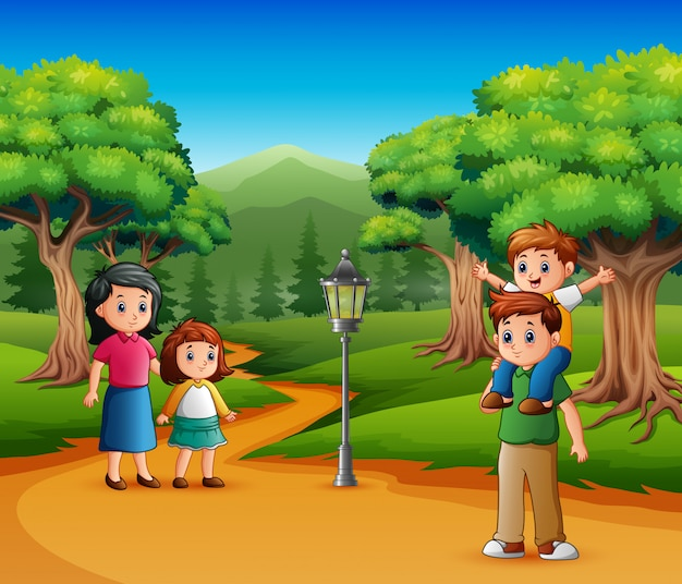 Famiglia felice a piedi in una foresta