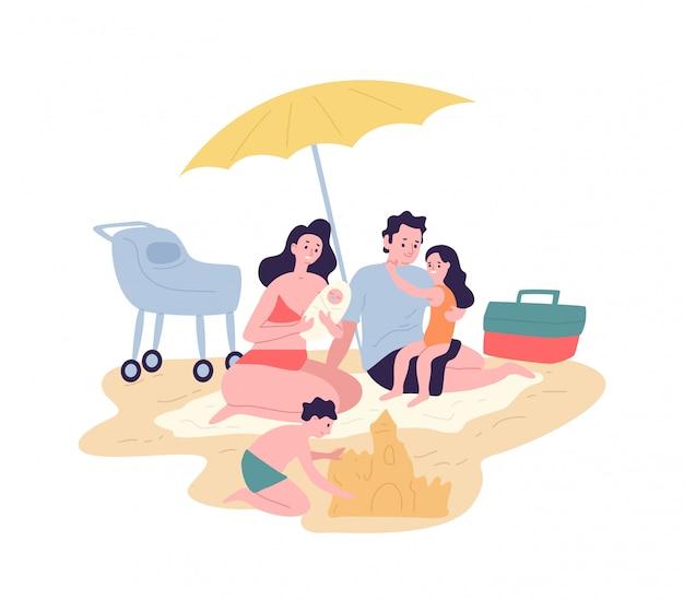 Famiglia felice carina trascorrere le vacanze estive al resort. madre, padre e figli che prendono il sole e costruiscono castelli di sabbia sulla spiaggia. genitori e figli si divertono all'aperto. illustrazione piatta dei cartoni animati.