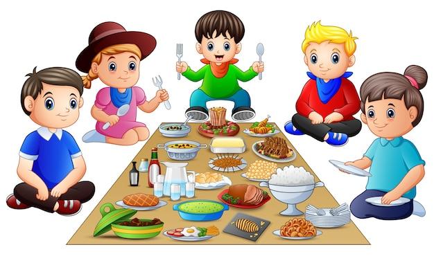 Famiglia felice cenando insieme isolato