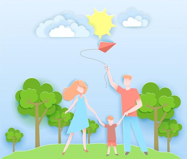 Famiglia felice che cammina in un parco con il bambino.