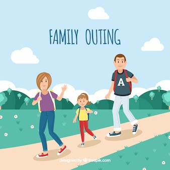 Famiglia felice che cammina nella natura