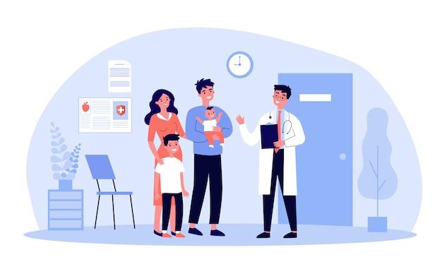 Famiglia felice con bambini che visitano il pediatra