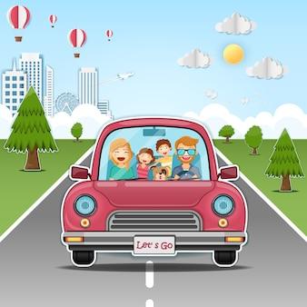 Famiglia felice in macchina rossa in mezzo alla strada