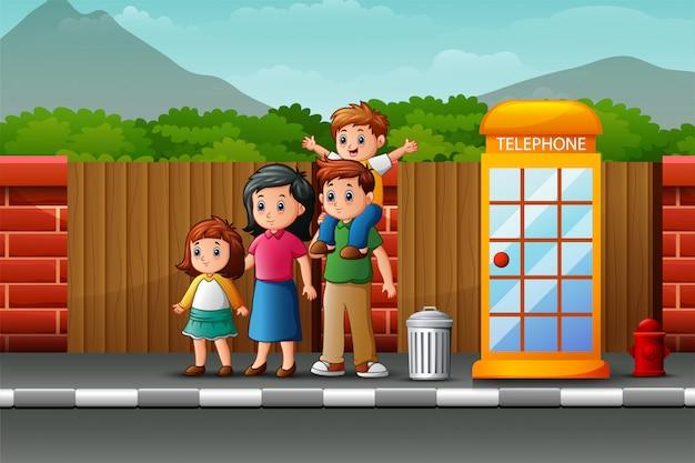 Famiglia felice sul ciglio della strada