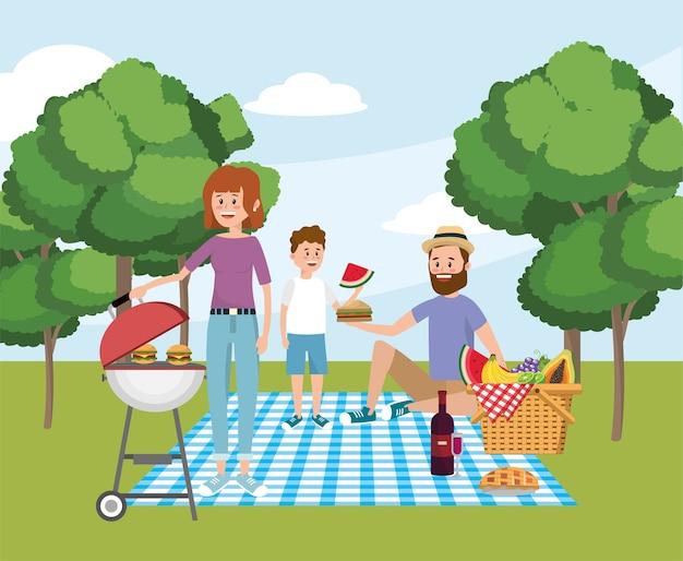 Famiglia insieme a divertenti attività ricreative da picnic