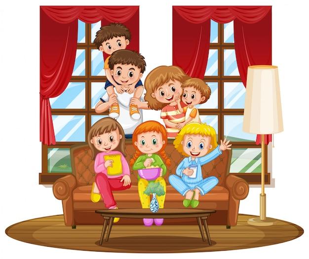 Famiglia insieme sul divano