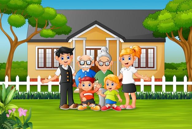 Familiari felici nel cortile di casa