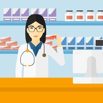 Farmacista che mostra un po 'di medicina.