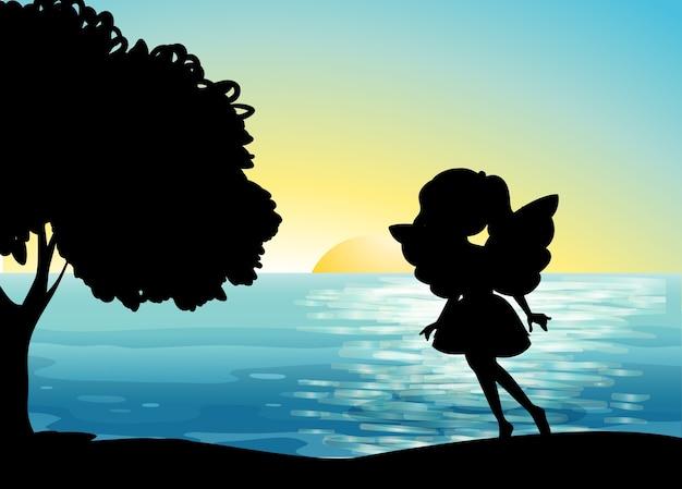 Fata silhouette in spiaggia