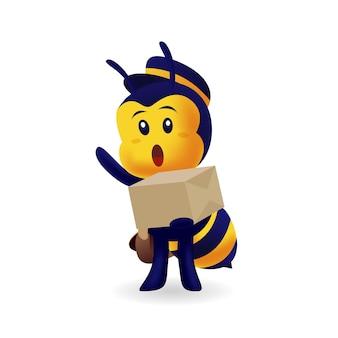 Fattorino sveglio dell'ape che consegna una scatola di cartone nel fondo isolato