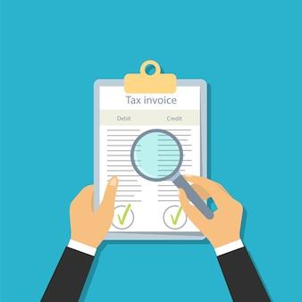 Fattura fiscale in stile piatto. visualizza i documenti tramite una lente d'ingrandimento. controllo contabile.
