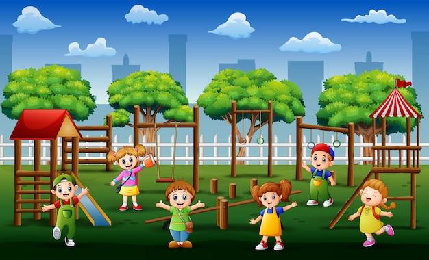 Felice asilo bambino nel parco giochi durante il giorno