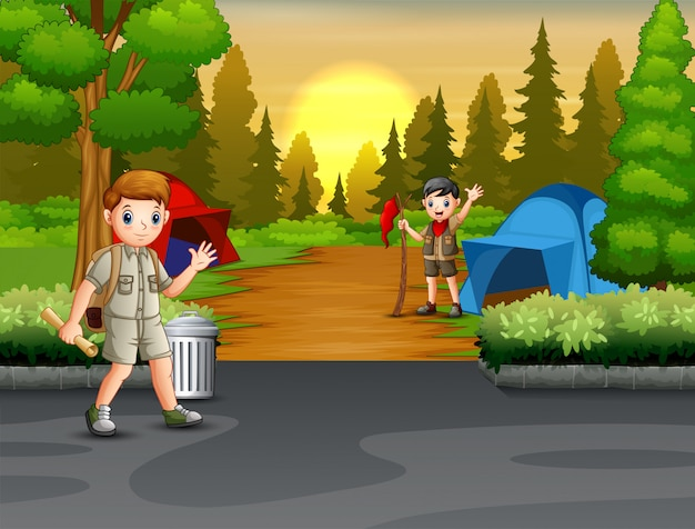 Felice campeggio lo scout in mezzo alla foresta