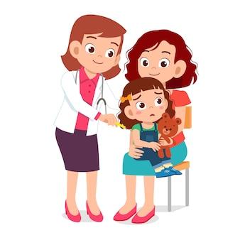 Felice carino andare dal medico con la mamma