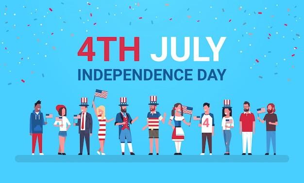 Felice festa dell'indipendenza il 4 luglio mescolano persone di razza con bandiere statunitensi che celebrano i cappellini