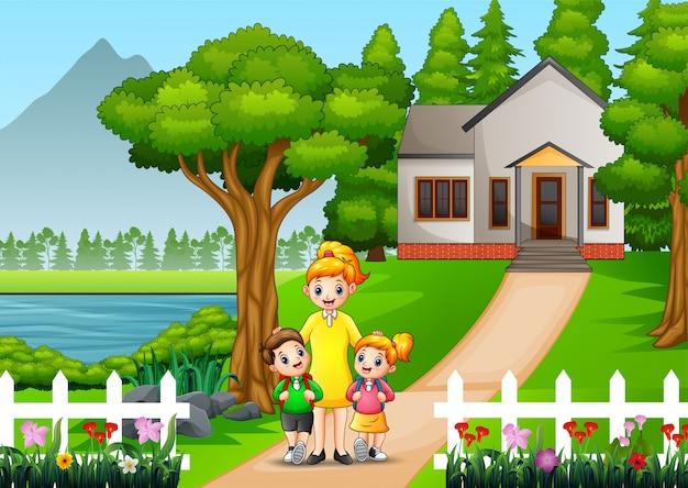 Felice madre con bambini davanti al cortile di casa