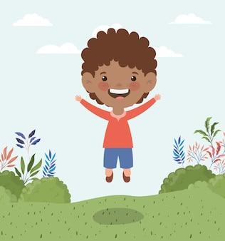 Felice piccolo ragazzo afro nel paesaggio