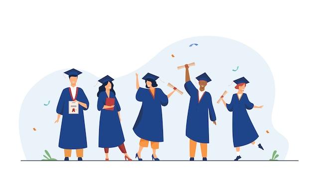 Felici diversi studenti che celebrano la laurea dalla scuola