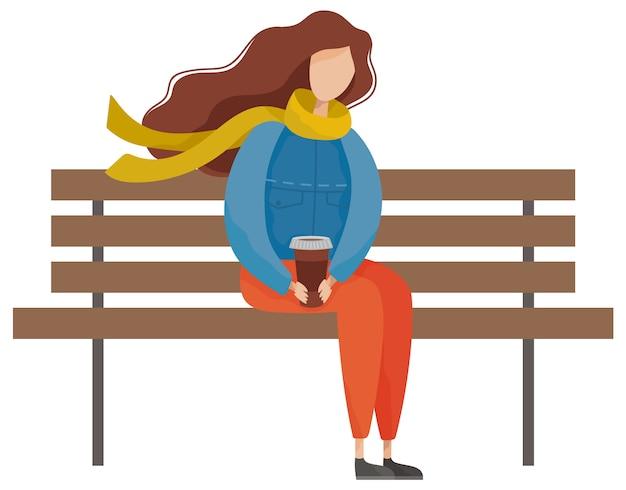 Femmina che si siede sulla panchina con caffè nel parco
