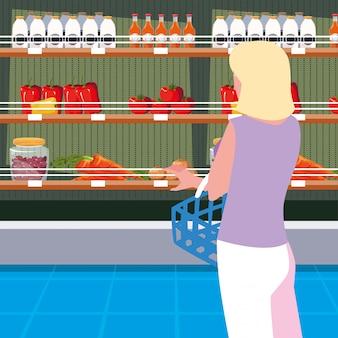 Femmina del compratore con la scaffalatura di legno del deposito con le verdure