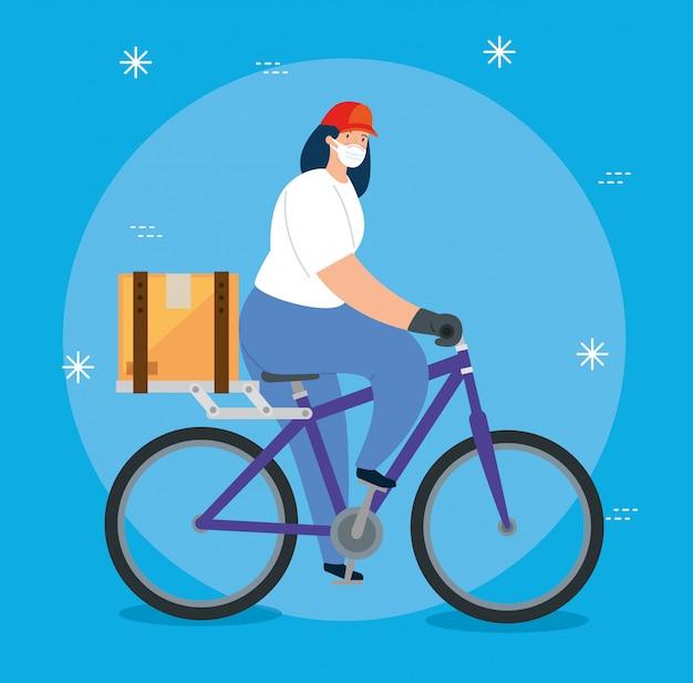 Femmina dell'operaio di consegna che utilizza la maschera di protezione nella bici