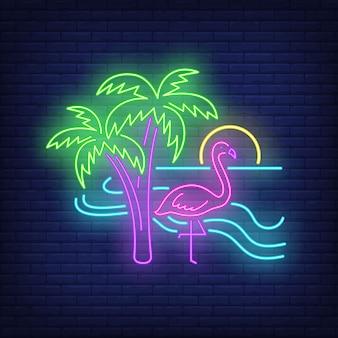 Fenicottero sull'insegna al neon della spiaggia.
