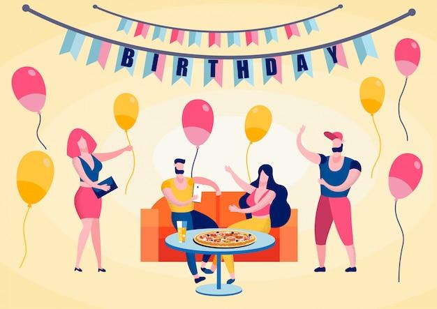 Festa di compleanno, amici felici che mangiano pizza