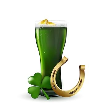 Festa di san patrizio . birra verde del giorno di st patrick con l'acetosella, il ferro di cavallo, monete di oro su fondo bianco.