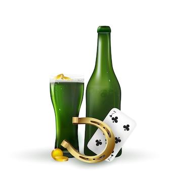 Festa di san patrizio . birra verde di san patrizio con acetosella e cappello di san patrizio, ferro di cavallo, monete d'oro su sfondo bianco.