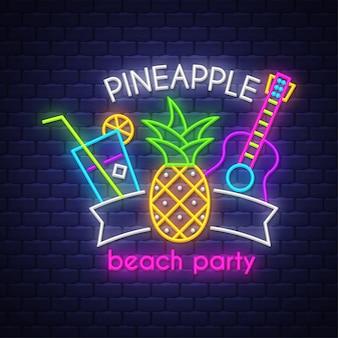 Festa in spiaggia con ananas. iscrizione al neon
