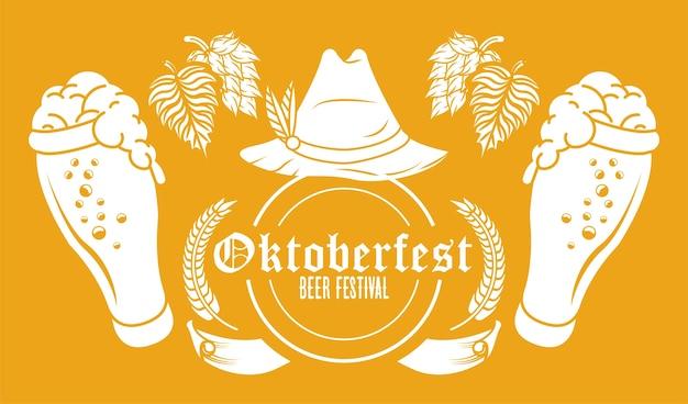 Festival di celebrazione dell'oktoberfest con cappello tirolese e bicchieri di birra.