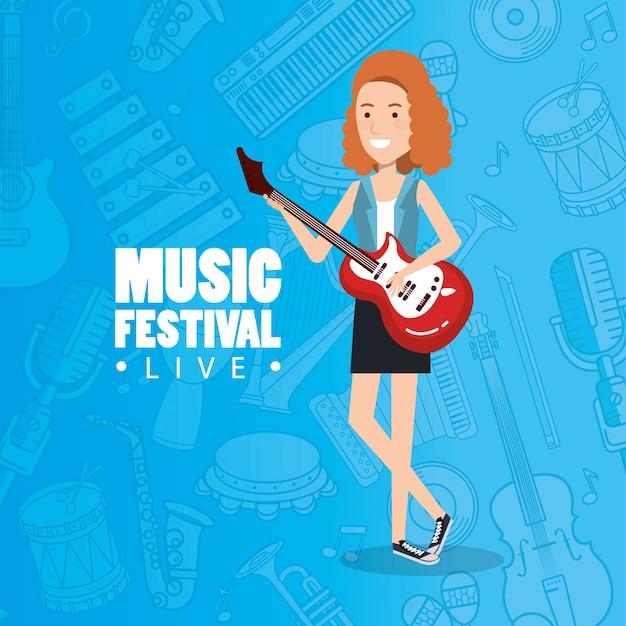 Festival musicale dal vivo con la donna che suona la chitarra elettrica