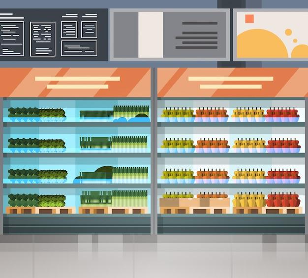 Fila della drogheria con i prodotti freschi sugli scaffali interno moderno del supermercato
