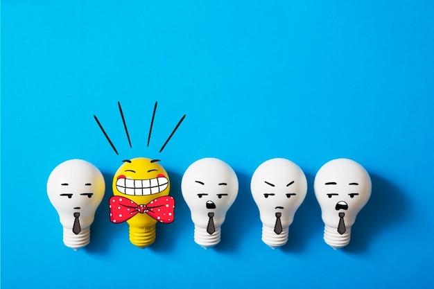 Fila di lampadine con una brillante