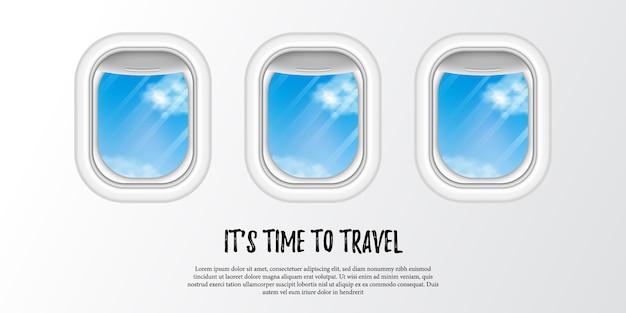 Finestra dell'oblò dell'aeroplano della cabina con la vista del cielo blu per la pubblicità di festa turistica. è tempo di viaggiare per il mondo.