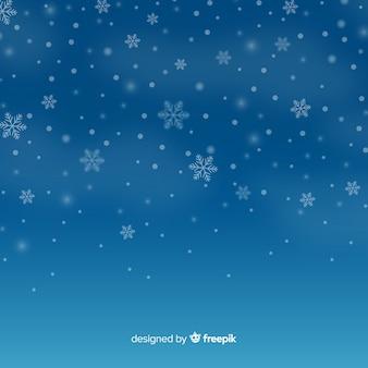 Fiocchi di neve caduta realistici sullo sfondo del cielo