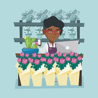 Fiorista in piedi dietro il bancone al negozio di fiori