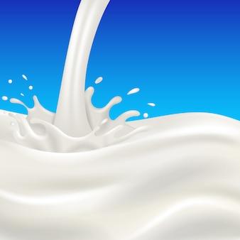 Flusso e spruzzata del latte sull'azzurro