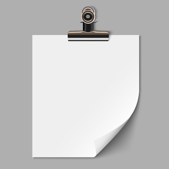 Foglio di carta bianco con morsetto