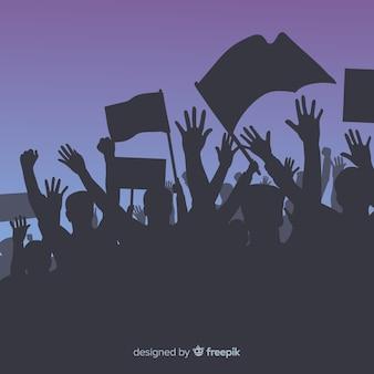 Folla di persone con bandiere e striscioni in una manifestazione