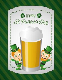 Folletto irlandese dietro un gigantesco biglietto di auguri in vetro di birra