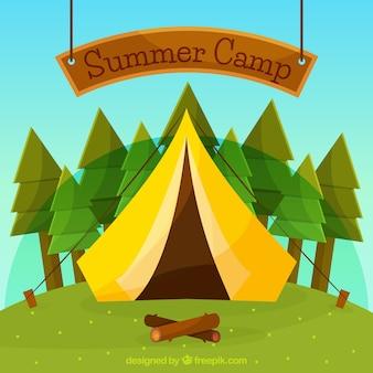 Fondo del campo estivo con alberi e tenda