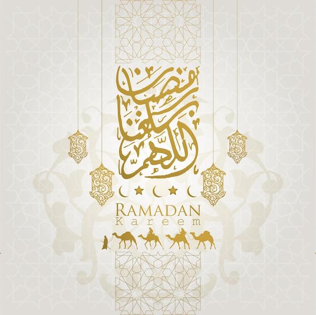 Fondo della lista di saluto di ramadan kareem con il viaggiatore arabo sul cammello e sulla bella calligrafia araba