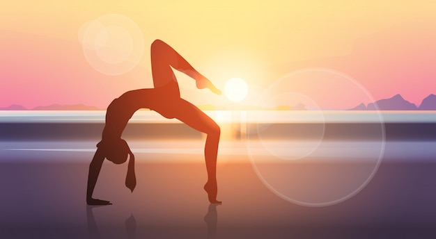 Fondo di tramonto del mare della ragazza delle siluette di allenamento di esercizio della donna di forma fisica di yoga