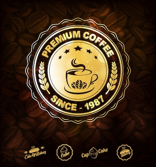 Fondo dorato delle etichette e dei chicchi di caffè del caffè