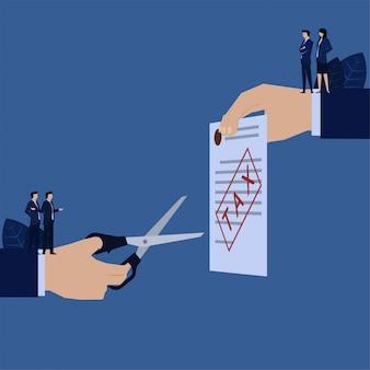 Forbice della stretta della mano di affari per tagliare la metafora del modulo fiscale della detrazione fiscale.