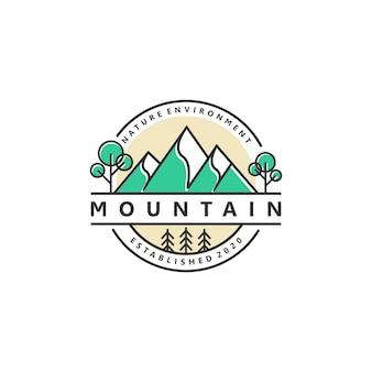Foresta all'aperto del pino della fauna selvatica di avventura di logo della natura della montagna